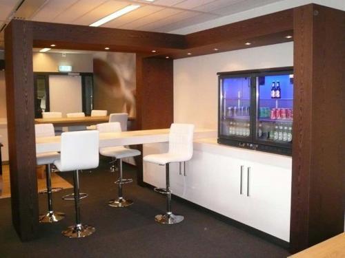 Moderne bar met verlichting